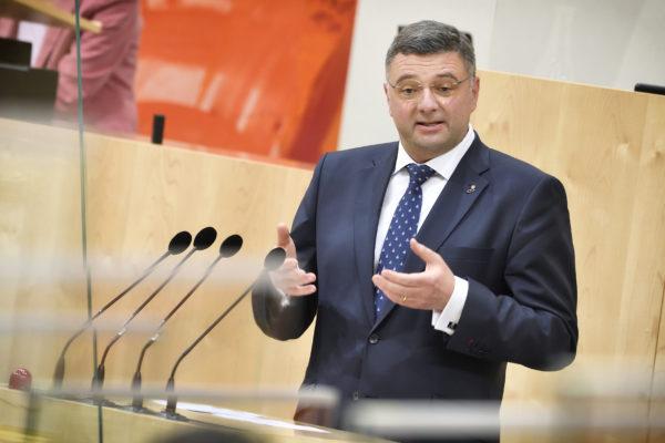 Jörg Leichtfried spricht im Nationalrat